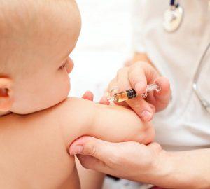 Bebê recebendo a vacina contra sarampo